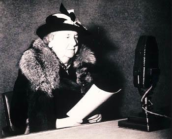 Koningin Wilhelmina bij de radio
