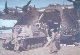 """Een SdKfz 131 """"Marder II"""" word via de neus in de Me 323 geladen"""